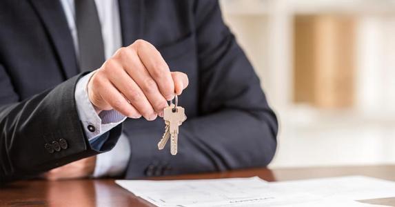 Agent holding keys to house | iStock.com/vadimguzhva