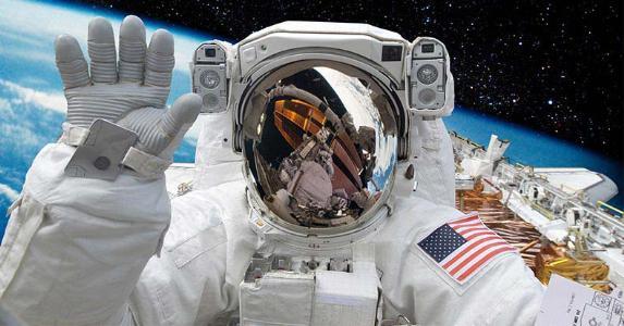 Astronaut waving to camera © Castleski/Shutterstock.com