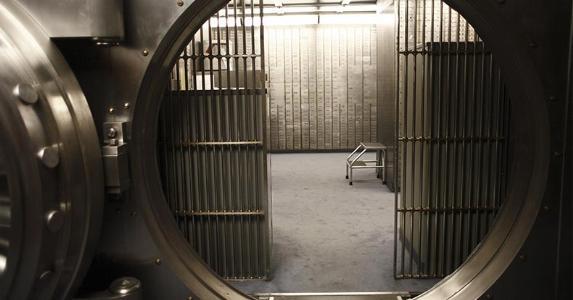 Bank vault © Peter Kim/Shutterstock.com