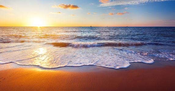 Sunset on the beach © Ozerov Alexander/Shutterstock.com