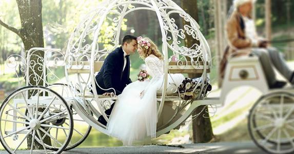 Bride and groom in carriage | IVASHstudio/Shutterstock.com