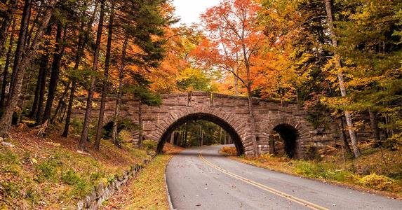 Bridge over road in New England © f11photo/Shutterstock.com