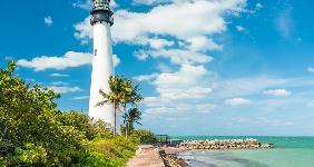 Florida beach and lighthouse © Jon Bilous/Shutterstock.com