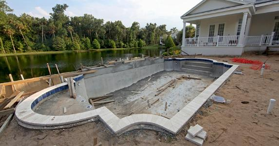 Building a pool in the backyard © iStock