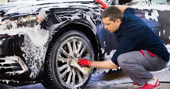 Washing car, paying attention to the rims | Nejron Photo/Shutterstock.com