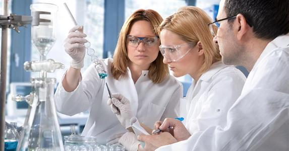 Chemists working in laboratory © Alexander Raths/Shutterstock.com