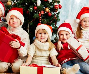 Children with Christmas presents © pressmaster - Fotolia.com