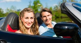 Couple in sporty convertible © Kzenon - Fotolia.com