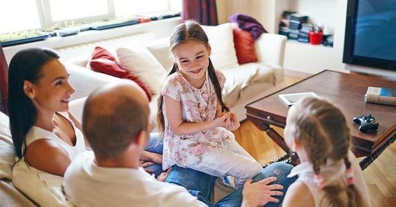Family talking in living room © Pressmaster/Shutterstock.com