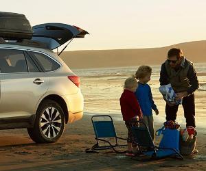 Family unpacking car at the beach | Subaru