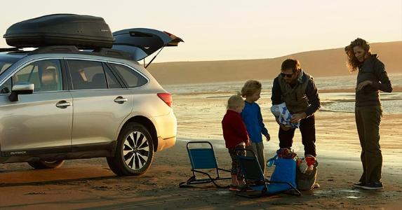 Family unpacking car at the beach | Subaru