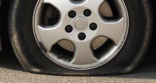 Flat tire © Photographee.eu/Shutterstock.com