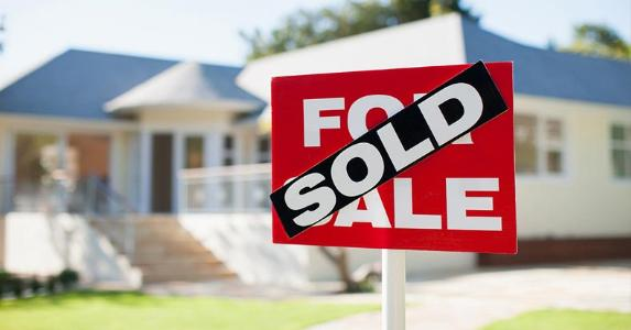 Sold sign outside house sale | Martin Barraud/OJO Images/Getty Images