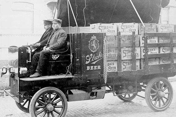 Strohs beer truck © Bettmann/ CORBIS