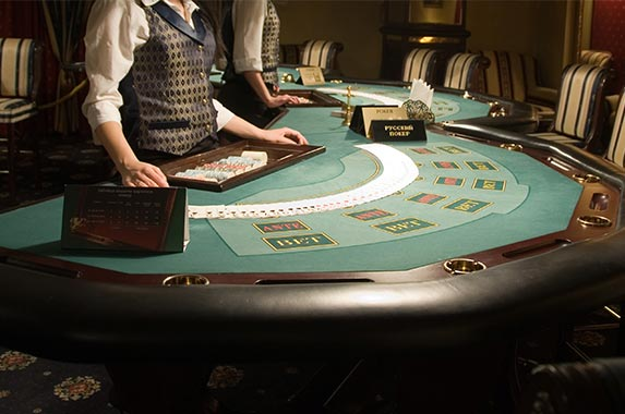 Blackjack and card-counting lesson from a professional player © Serg Shalimoff/Shutterstock.com