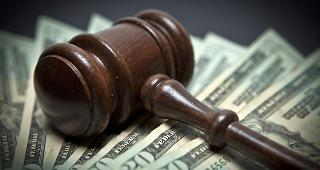 Gavel on money © Derek Hatfield/Shutterstock.com