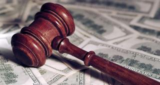 Gavel on money © B.Stefanov/Shutterstock.com