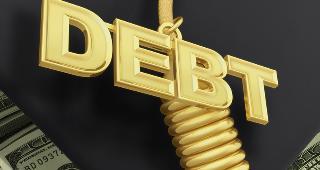 Debt on graduation cap tassel © Scott Maxwell / Fotolia.com