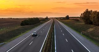 Highway at sunset © Fesus Robert/Shutterstock.com