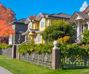 homes in surburbs at fall time | © romakoma/Shutterstock.com