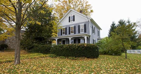 Wooden house in Connecticut | Vividrange/Shutterstock.com