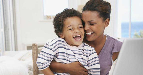 Laughing mom and son, hugging © Rabus Carmen Olga/Shutterstock.com