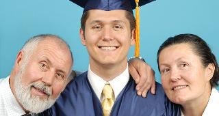 Graduating student with parents at side © Junial Enterprises / Fotolia.com