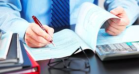 Male hands signing financial paperwork on table  © Kurhan - Fotolia.com