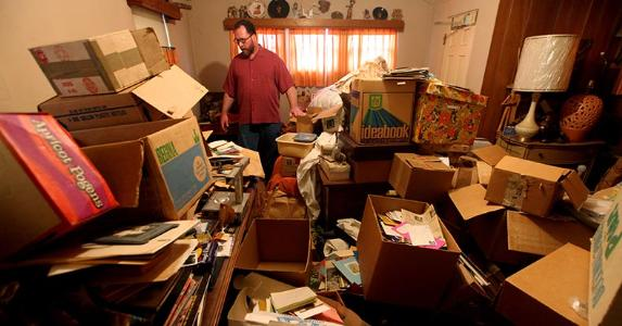Male hoarder at home © Sandy Huffaker/Corbis