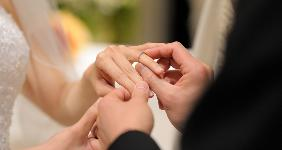 Exchanging rings at altar © MNStudio - Fotolia.com