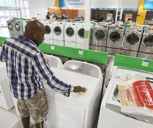 Man shopping in hhgregg for washer and dryer | Scott Olson/Getty Images