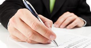 Man signing contract © el lobo/Shutterstock.com