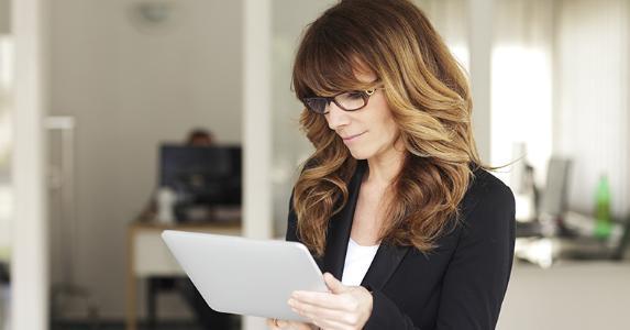 Mature businesswoman using tablet © Kinga/Shutterstock.com