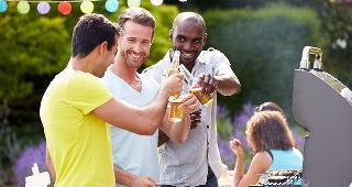 Men enjoying beer while grilling food © Monkey Business Images/Shutterstock.com