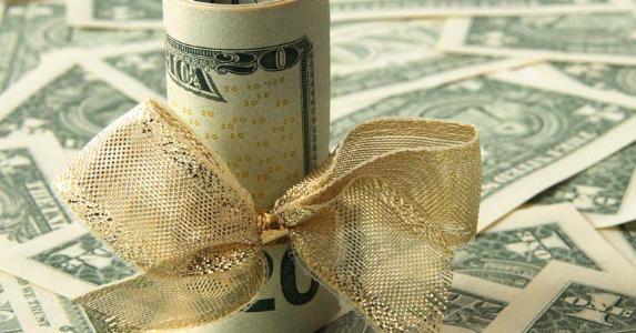 Money gift tied with gold ribbon © Mellimage/Shutterstock.com