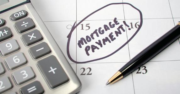 Mortgage payment date circled on calendar © iStock