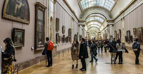 Tourists looking at paintings in museum © Kiev.Victor/Shutterstock.com