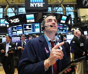 NYSE broker looking up at screen | Spencer Platt/Getty Images