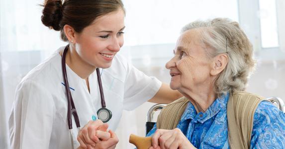 Senior woman and young nurse © Alexander Raths - Fotolia.com