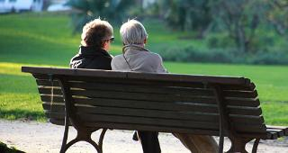 Couple sitting on bench in the park © auremar/Shutterstock.com