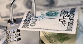 Padlock locked on $100 bill | iStock.com/andreynikolajew