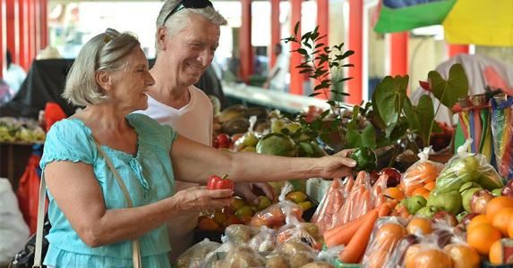 Senior couple buying produce in market © Ruslan Guzov/Shutterstock.com