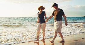Senior couple holding hands on the beach © EpicStockMedia/Shutterstock.com