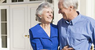 Senior couple standing outside house © Monkey Business Images/Shutterstock.com