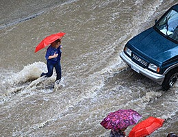 Beware of pedestrians © Portokalis/Shutterstock.com