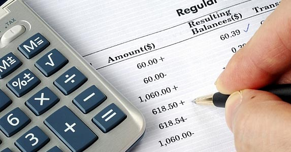 How large a balance is needed to avoid fees? © JohnKwan / Fotolia
