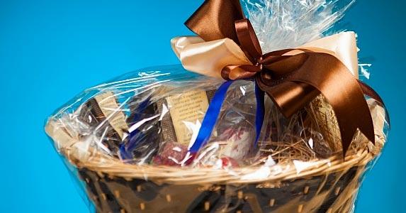 Gift basket maker © nikkytok/Shutterstock.com