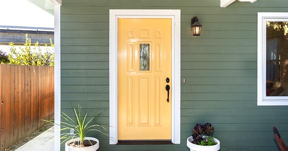 New fiberglass front door © MR. INTERIOR/Shutterstock.com
