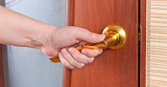 Don't: Ignore 'house rules' © Boris Sosnovyy/Shutterstock.com