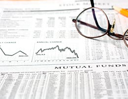 Choose between actively managed and index funds © Svanblar/Shutterstock.com